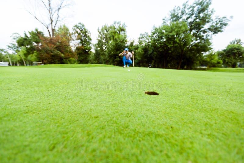 准备好的高尔夫球运动员采取射击 库存照片