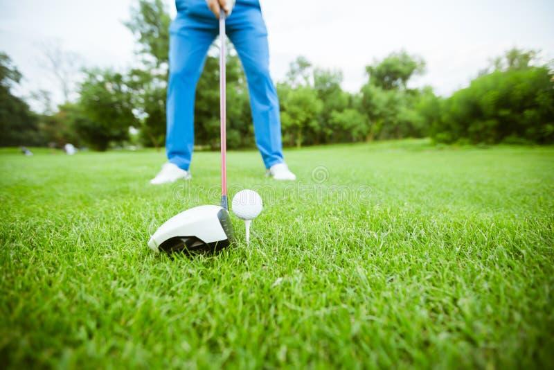 准备好的高尔夫球运动员采取射击 库存图片