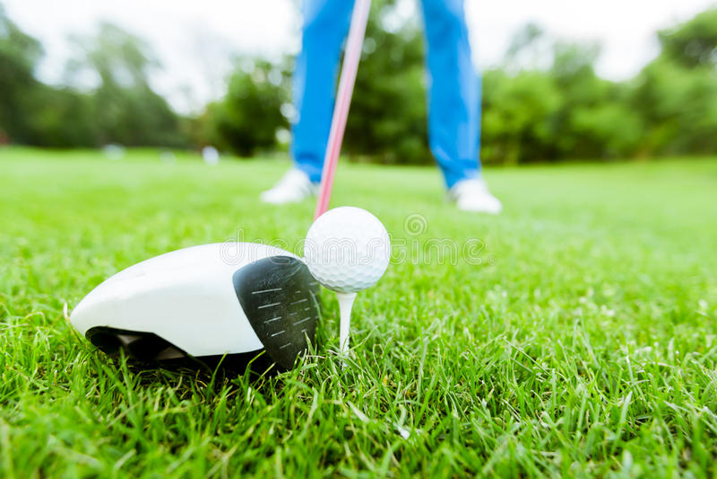 准备好的高尔夫球运动员采取射击 免版税图库摄影