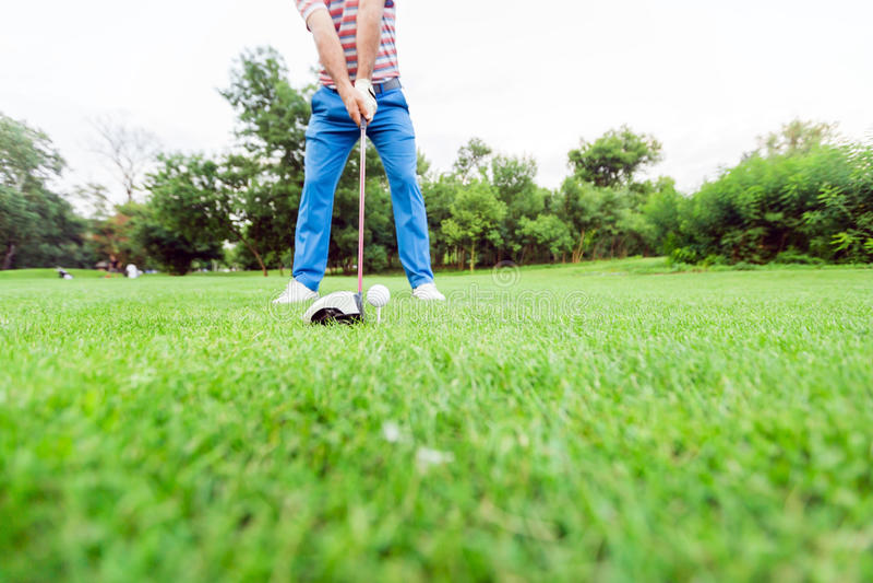 准备好的高尔夫球运动员采取射击 免版税库存照片