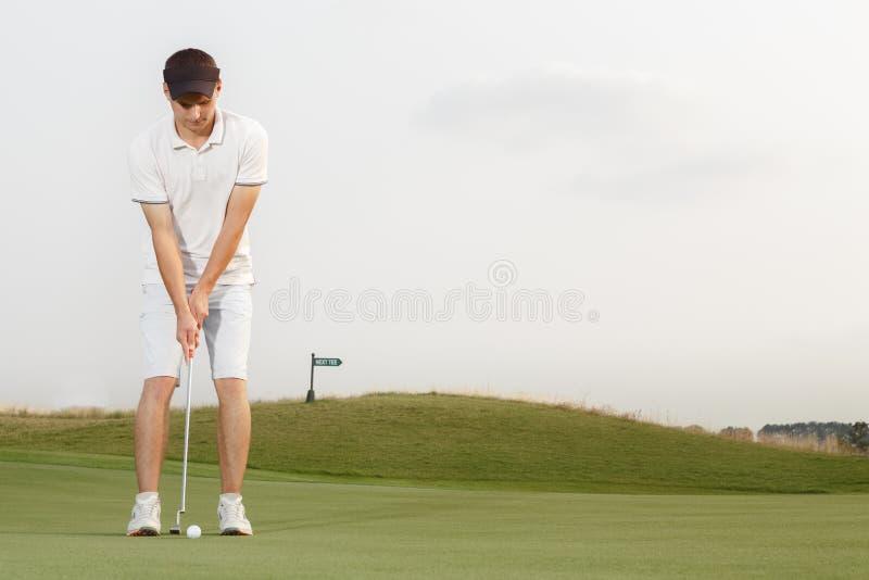 准备好的高尔夫球运动员击中球 库存照片