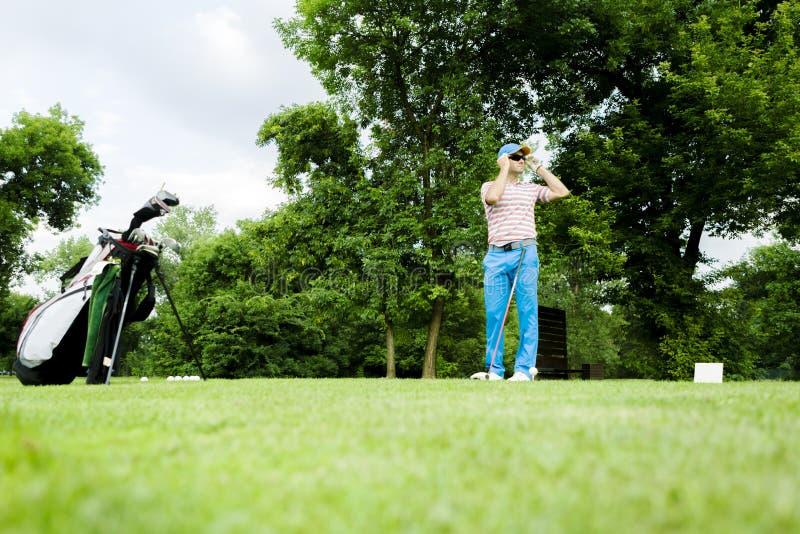 准备好的高尔夫球运动员击中驱动 免版税库存照片