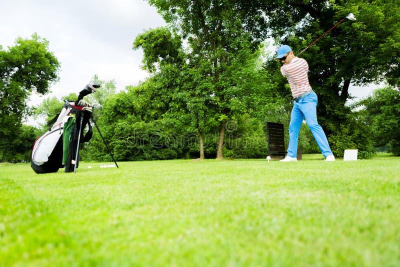 准备好的高尔夫球运动员击中驱动 库存图片