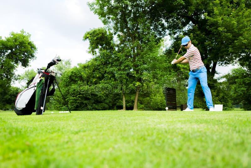 准备好的高尔夫球运动员击中驱动 免版税图库摄影