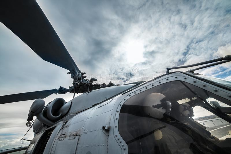 准备好直升机军事的飞行员为使命离开和飞行 免版税库存图片