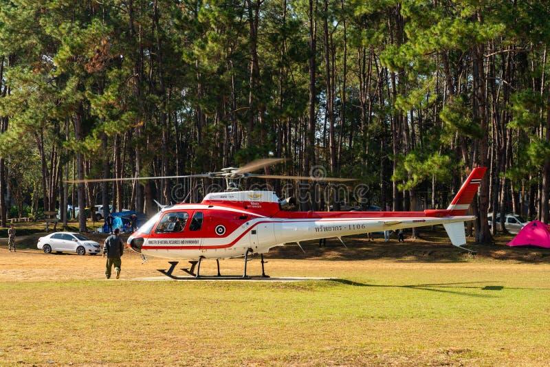 准备好空中客车欧直AS350的直升机从停机坪离开 免版税图库摄影