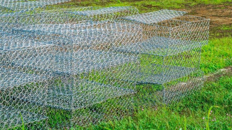 准备好空的gabion的铁丝网筐用于建筑工作地点 库存图片