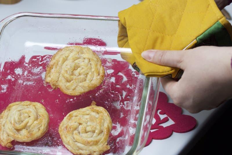 准备好自创蛋糕 油酥点心小条,被编织入猪尾 烘烤的准备 库存图片
