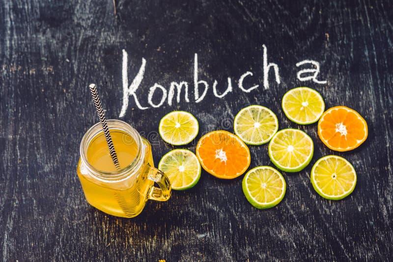 准备好自创被发酵的未加工的Kombucha的茶喝用桔子和石灰 夏天 免版税库存图片