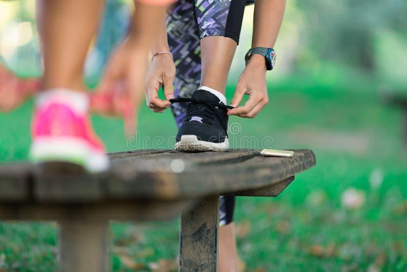 准备好年轻嬉戏的妇女开始跑锻炼 库存图片