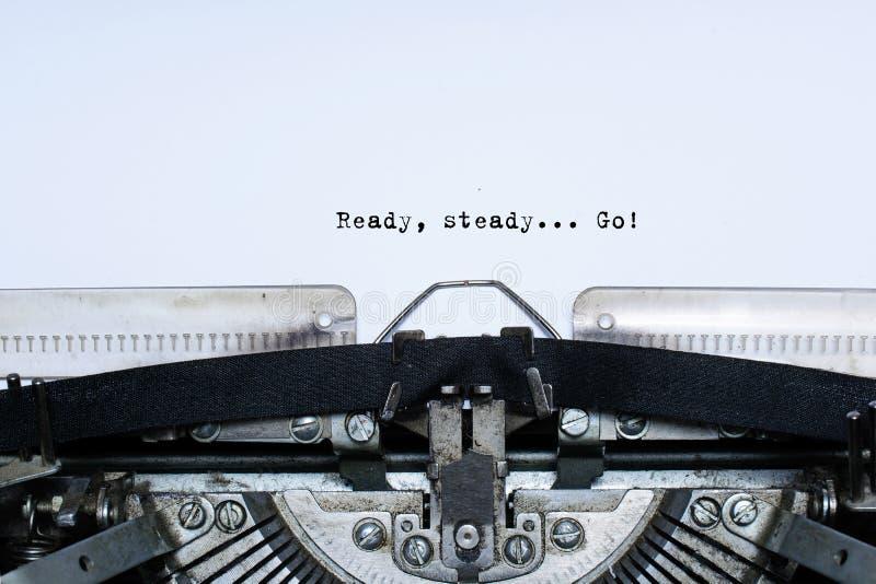 准备好 平稳 去 口号在葡萄酒打字机的录音的词 库存照片