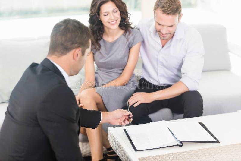 准备好年轻的夫妇买新房 免版税库存照片