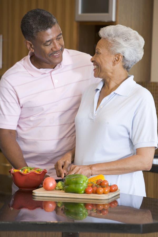 准备妻子的丈夫膳食 库存图片