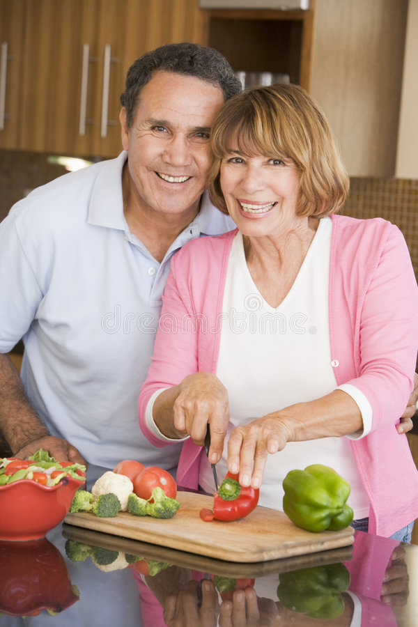 准备妻子的丈夫膳食 免版税库存图片
