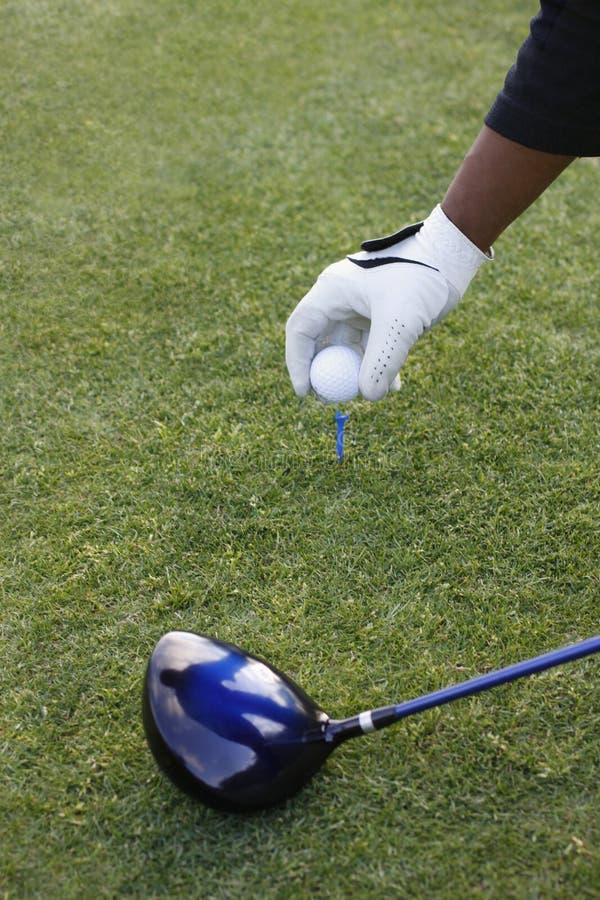 准备射击发球区域的高尔夫球运动员 库存照片
