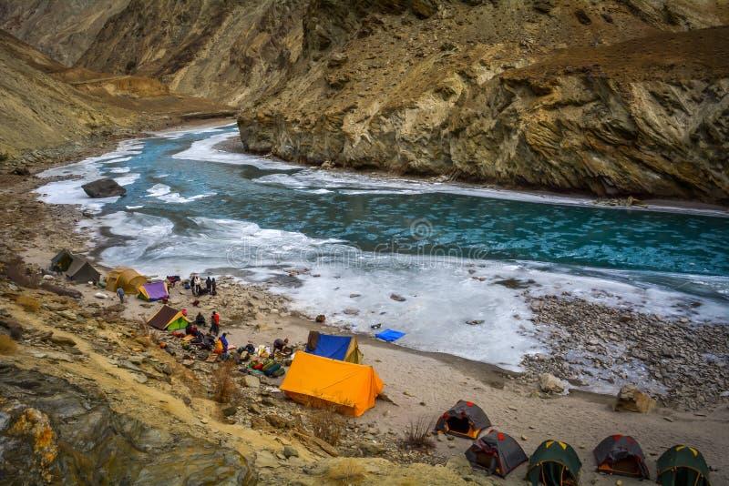准备帐篷的人们在第一天CHADAR艰苦跋涉 免版税图库摄影