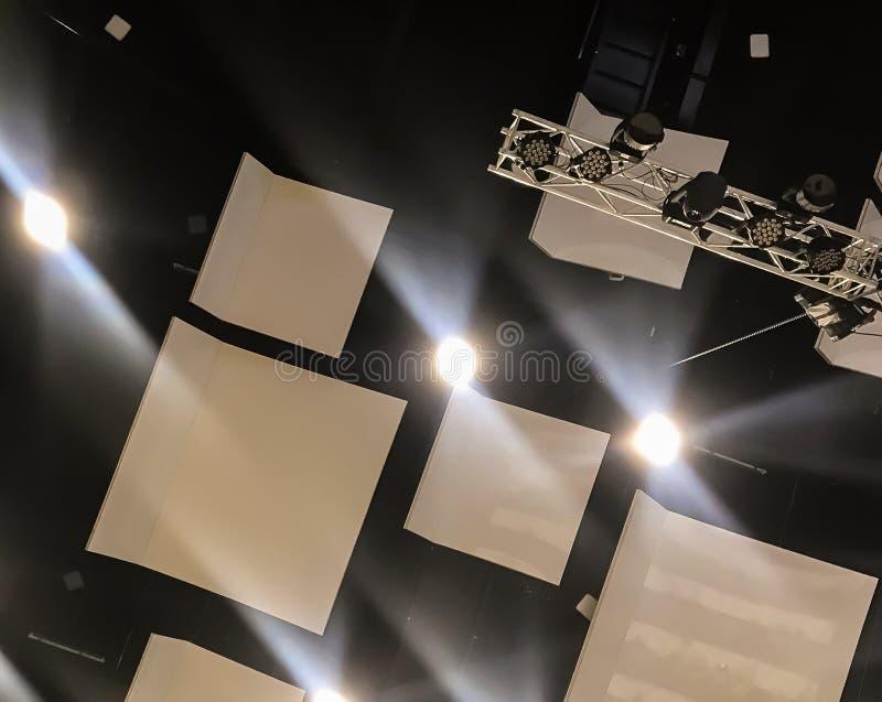 准备年会,温暖的光在巨大的大厅里被转动了  库存照片