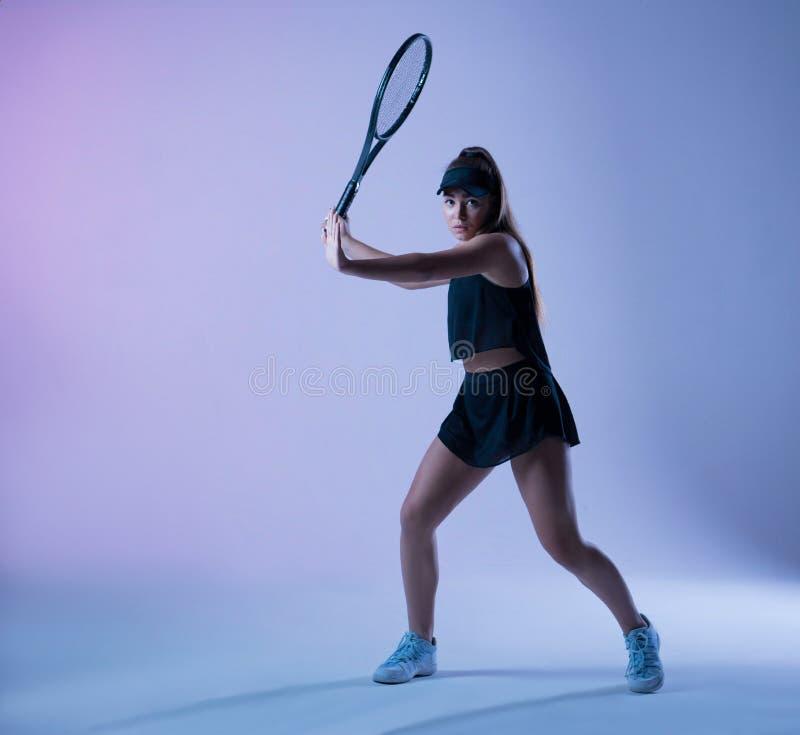 准备年轻的网球员做正手射击 免版税库存照片
