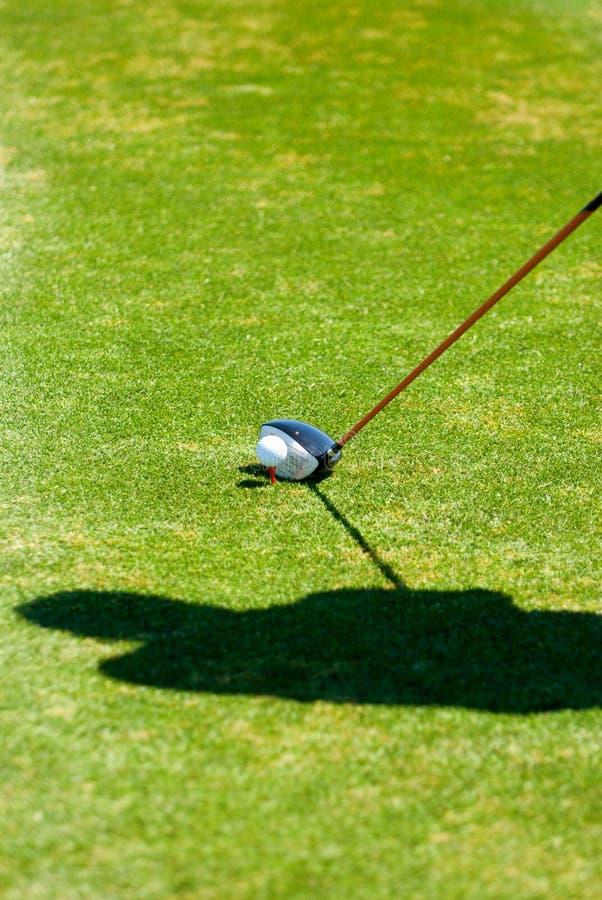 准备放置的s影子的高尔夫球运动员
