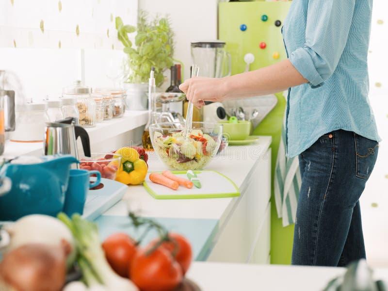 准备新鲜的健康沙拉的妇女 库存图片
