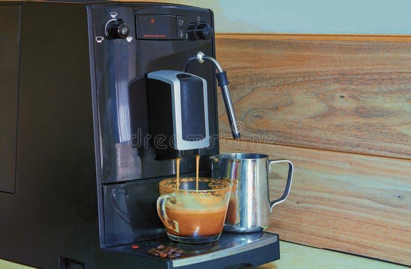 准备新鲜的咖啡的咖啡机 免版税图库摄影