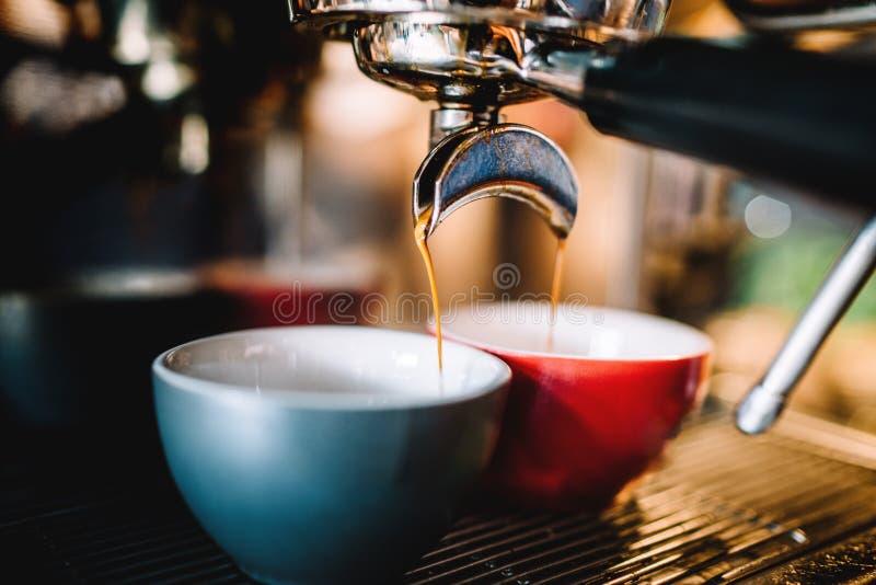 准备新鲜的浓咖啡和cappu的煮浓咖啡器 库存照片