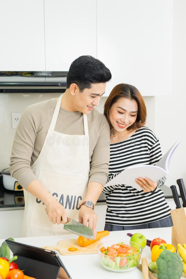 准备新鲜蔬菜的健康沙拉爱恋的愉快的夫妇 免版税图库摄影