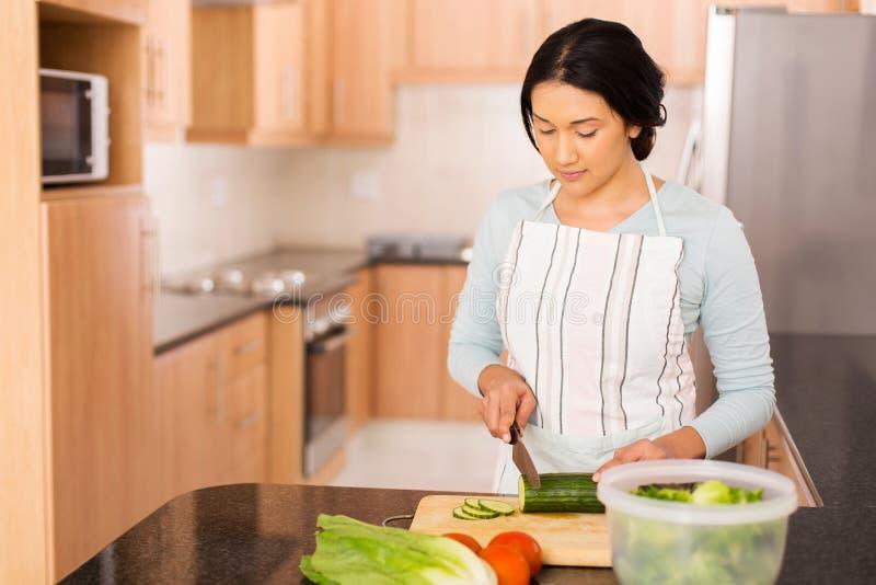 准备晚餐的印地安妇女 图库摄影