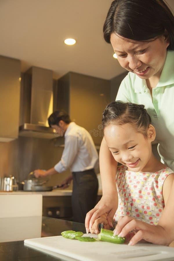 准备晚餐的家庭 免版税图库摄影