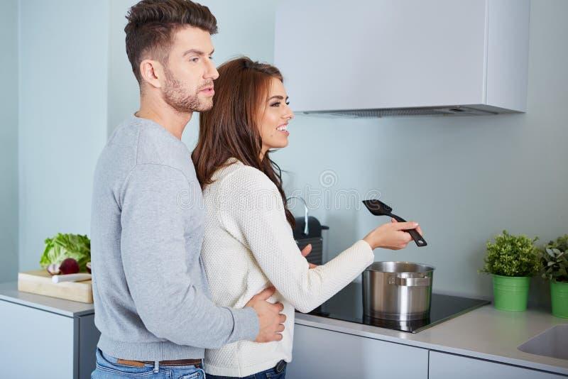 准备晚餐的浪漫年轻夫妇 免版税库存照片