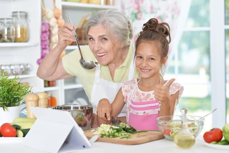 准备晚餐的祖母和孙女 库存图片