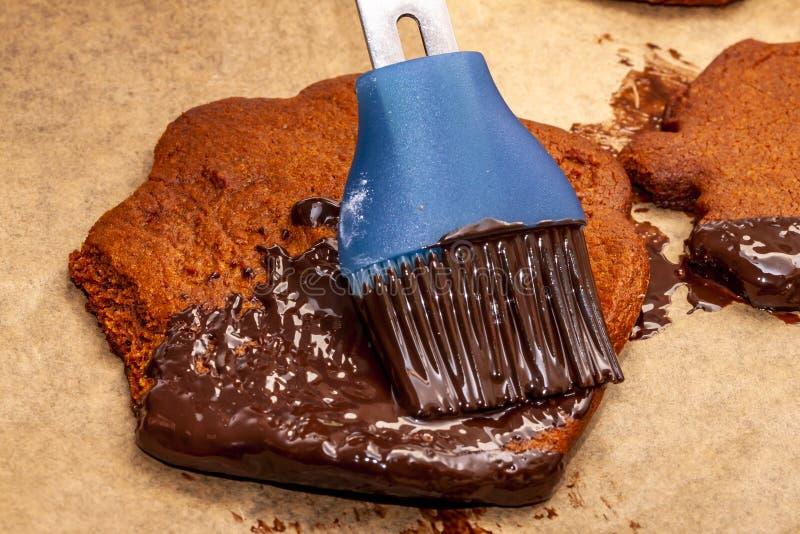 准备曲奇饼用热的棕色可口溶解的巧克力 免版税库存照片