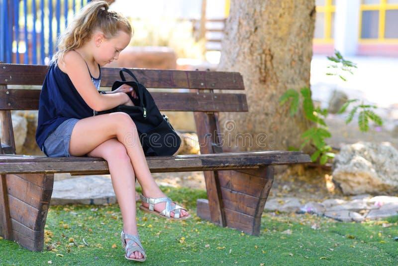准备有学校用品的少年女孩背包 免版税库存图片