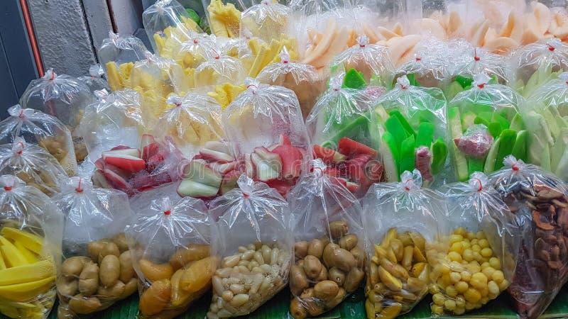 准备服务各种各样的种类泰国被包装的果子 库存图片