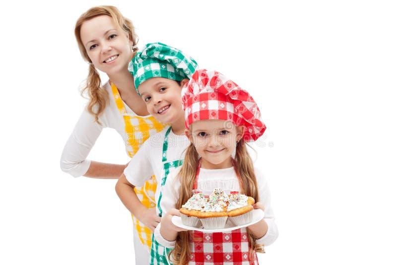 准备松饼-有孩子的妇女的主厨旅团 免版税图库摄影