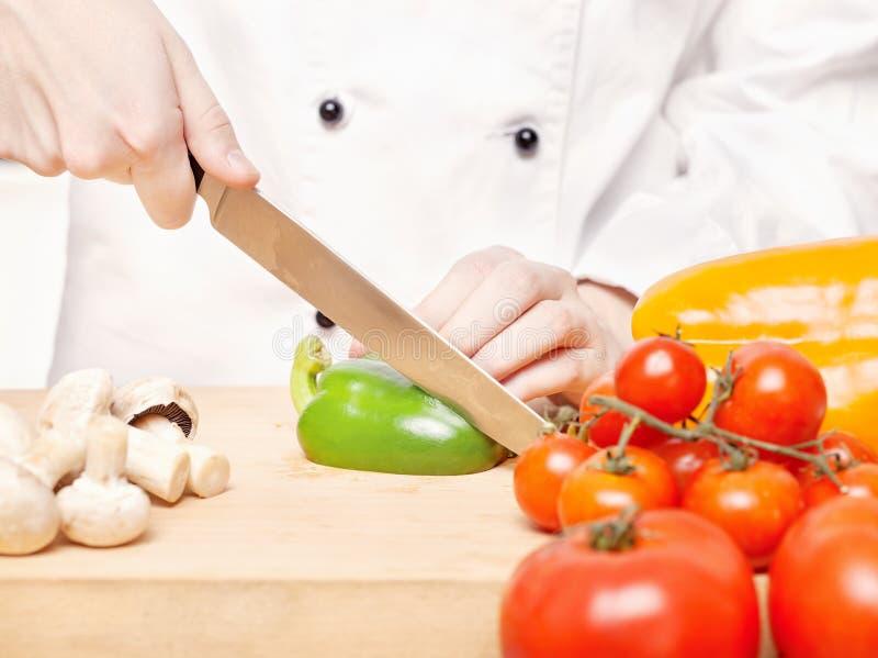 准备沙拉的主厨 免版税库存照片