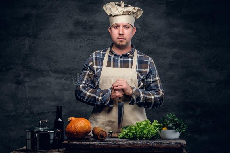准备沙拉的厨师的演播室画象 图库摄影
