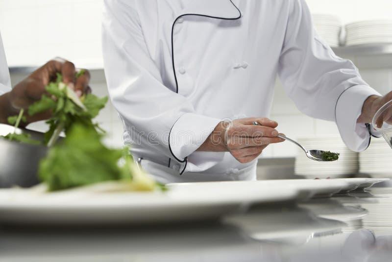 准备沙拉的厨师 免版税库存图片