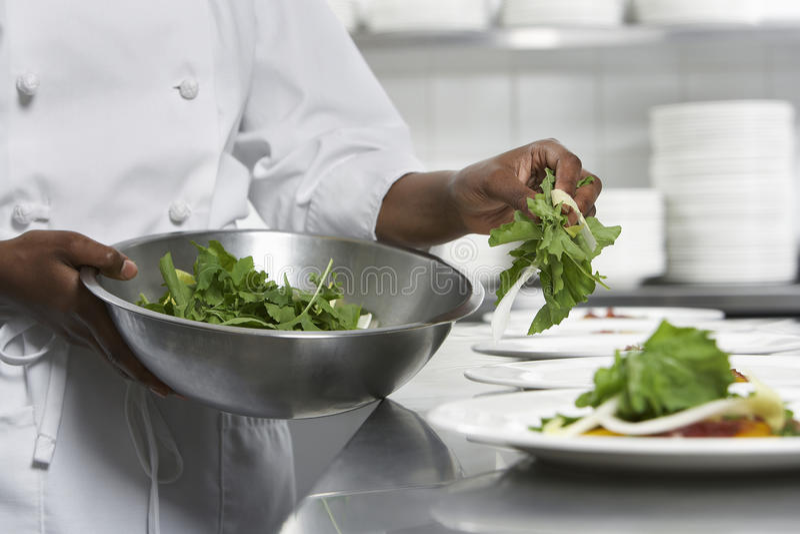准备沙拉的厨师 库存照片