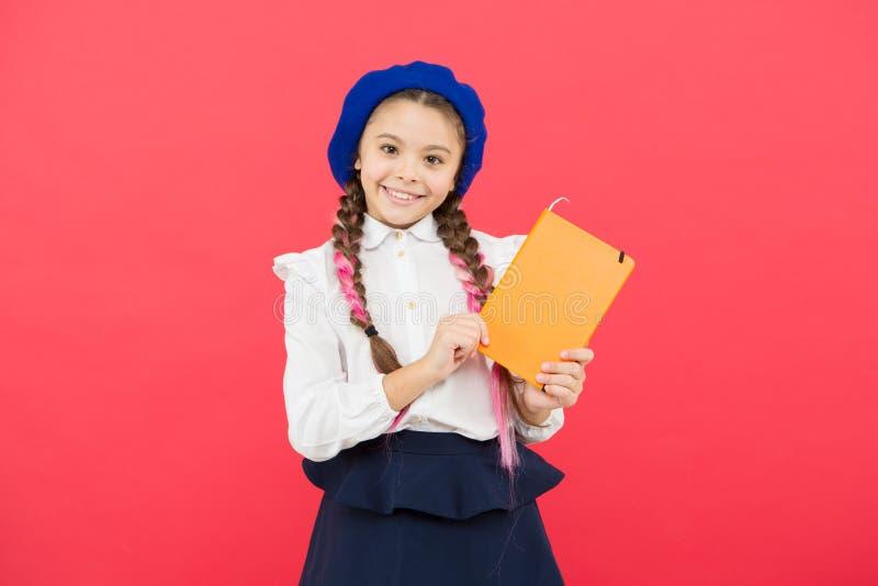 准备活动书文字 阅读技巧 E 有趣故事 有学校的可爱的女孩 库存照片