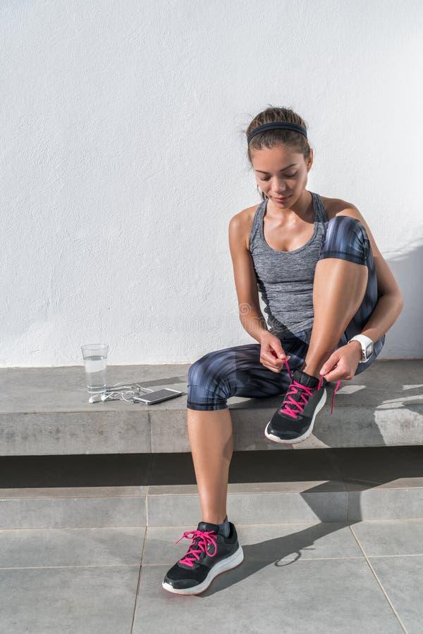 准备活跃的妇女跑栓跑鞋 免版税图库摄影