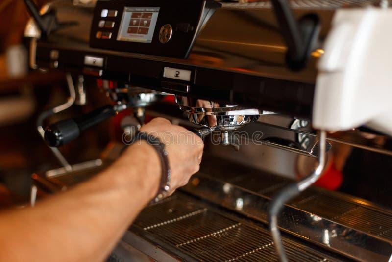 准备浓咖啡,咖啡制造过程的Barista 免版税图库摄影
