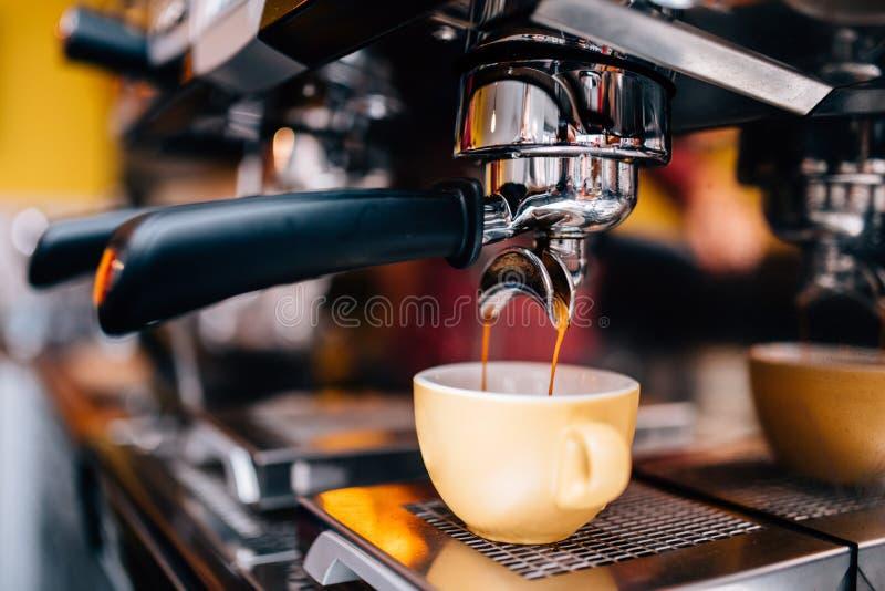 准备热的浓咖啡的专业咖啡酿造机器细节  免版税库存照片