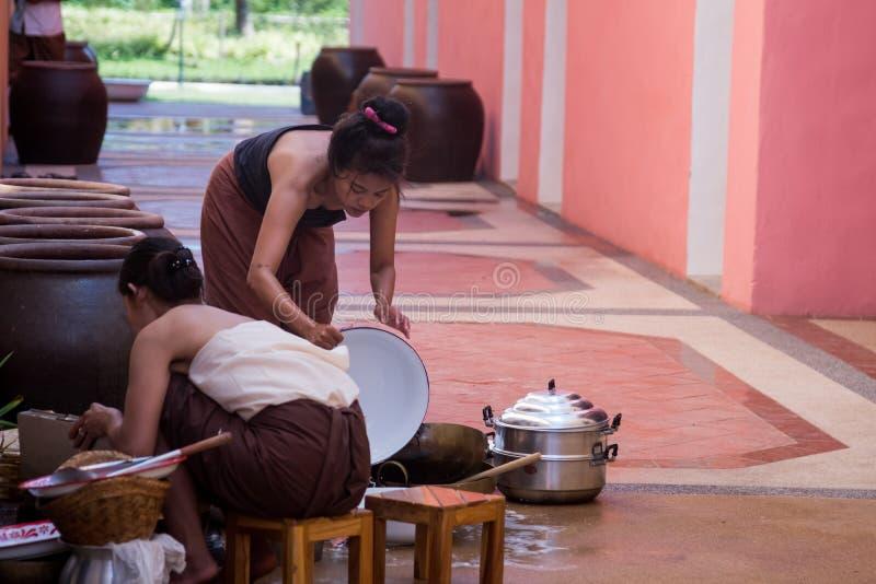 准备烹调的泰国传统风格的美丽的泰国妇女 免版税库存图片