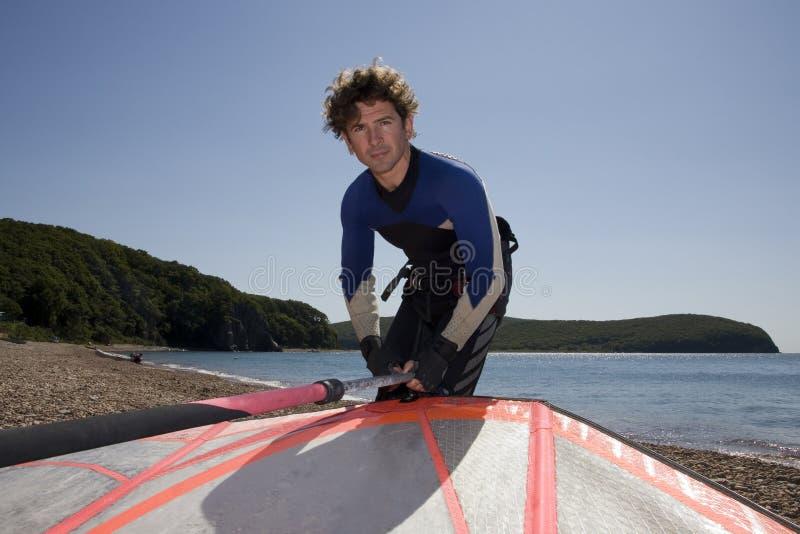 准备的乘坐的海浪风帆冲浪者 图库摄影