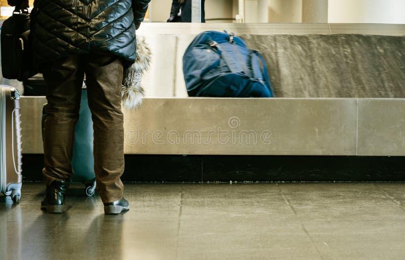 准备的夫妇背面图采取行李 免版税图库摄影
