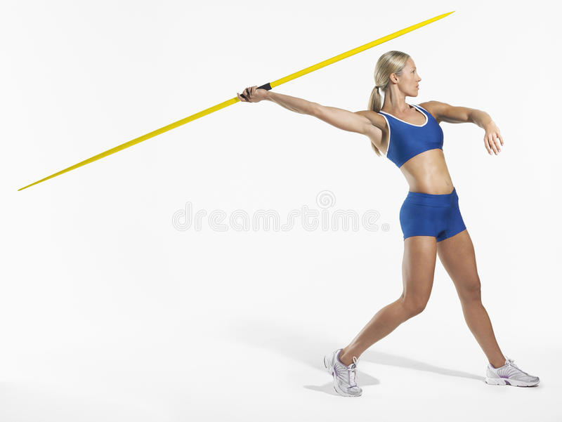 准备的女运动员投掷标枪 免版税库存照片