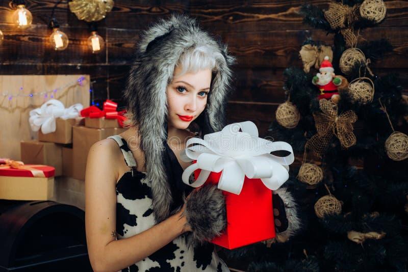 准备的少女庆祝新年和圣诞快乐 新年在礼物盒提出 Xmas时尚 图库摄影