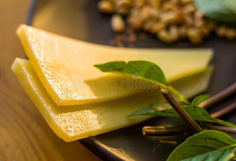 准备的意大利pesto调味汁新鲜的成份-柠檬蓬蒿小树枝,剥了松子,大拨蒜种子,希腊语 免版税图库摄影