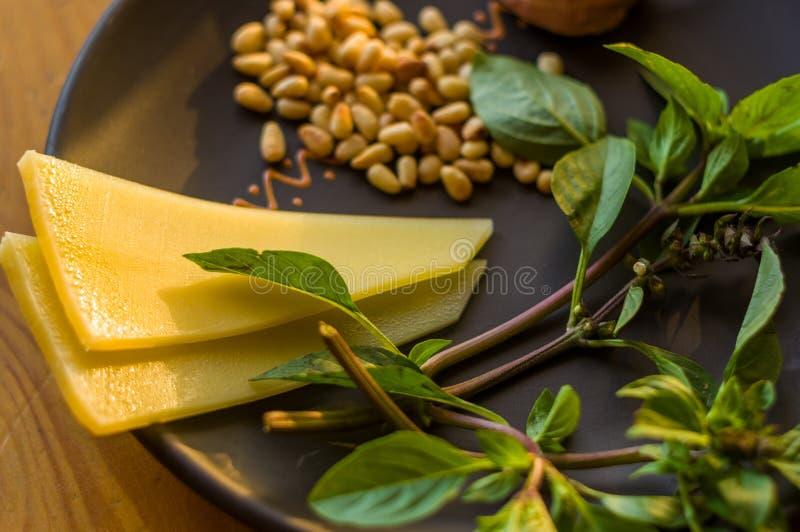 准备的意大利pesto调味汁新鲜的成份-柠檬蓬蒿小树枝,剥了松子,大拨蒜种子,希腊语 免版税库存照片